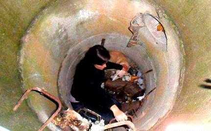 Woman Braves Sewer Rat to Rescue Dog from Drainage Hole