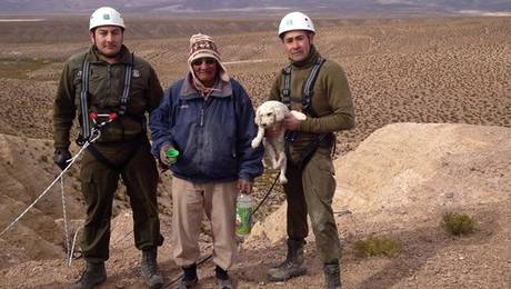 Challapa and police officers who rescued Kiko. Photo Credit: 24 Horas